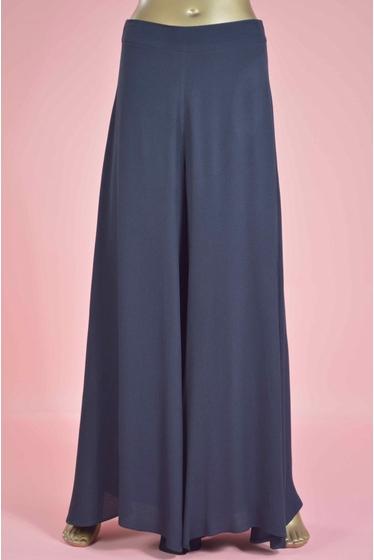 pantalon très large, style fluide et très féminin, un