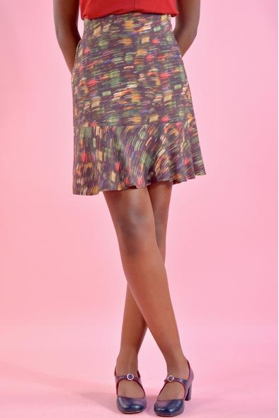 Elégance et fluidité de cette jupe courte imprimée 100%