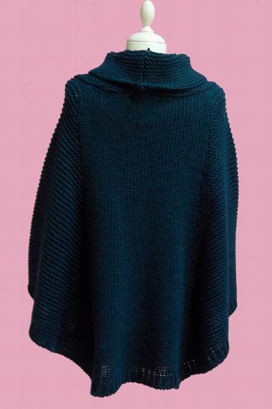 Poncho en mohair tricoté, col boule. S'enfile aisément par