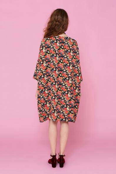 Robe large d'inspiration japonaise à motif fleuri, finement