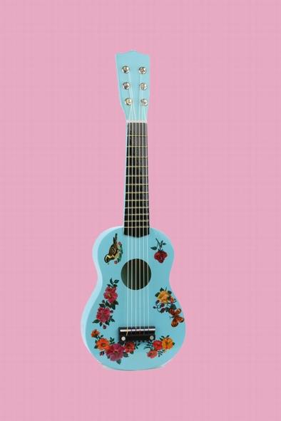 Une jolie guitare bois pour apprendre à jouer comme les