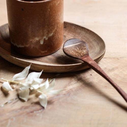 Cuillère réalisée avec de la coquille de noix de coco. Pour