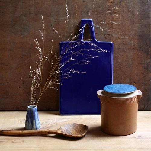 Superbe planche en céramique bleu cobalt. On adore sa