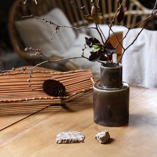 Joli vase en céramique au dégradé de teintes bordeaux,