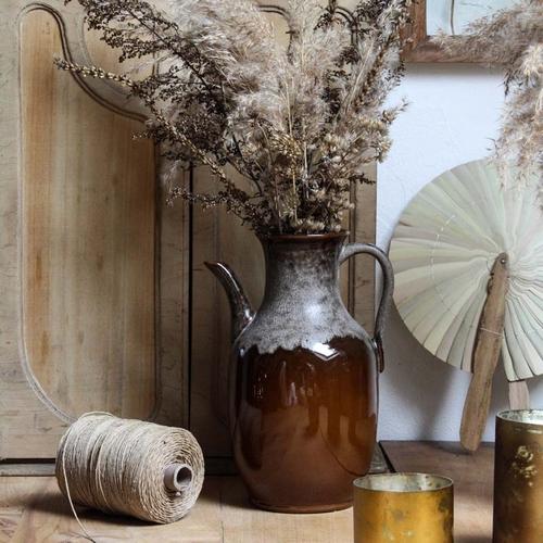 Joli pichet en céramique de couleur marron miel de la marque