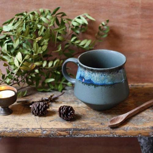 Mug en céramique aux dégradés de tons bleus et verts grisés.