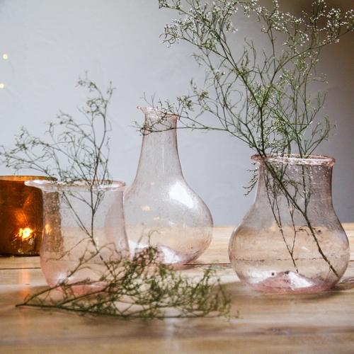 Set de trois vases de couleur nude en verre soufflé. Ce set