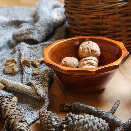 Très joli bol en bambou de couleur ambrée avec jolie découpe