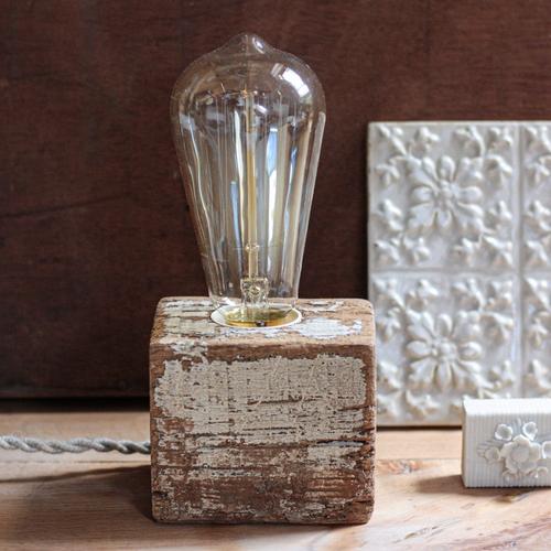 Lampe brute S en bois recyclé. Cette lampe en bois recyclé