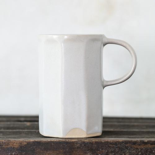 Mug fabriqué à la main. Sa forme irrégulière et charmante