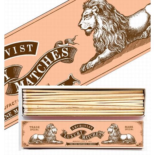 Magnifique boîte de grandes allumettes au motif original.