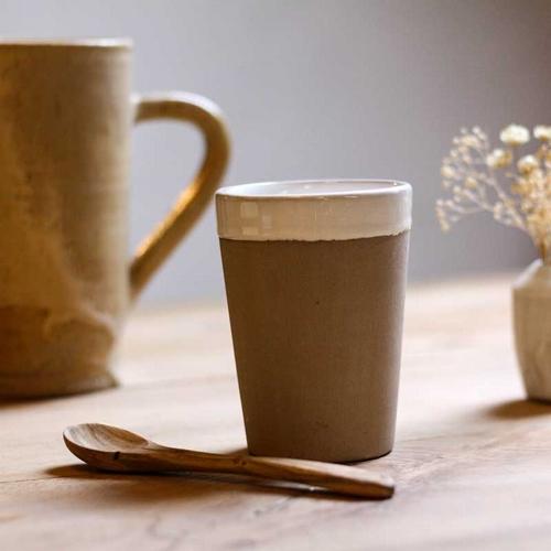 Mug Beldi en céramique. De couleur beige chamois. Pour l'un,
