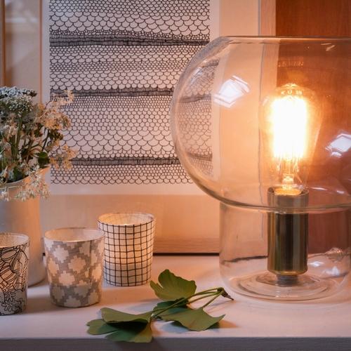 Look épuré et un brin rétro pour cette jolie lampe. Ses
