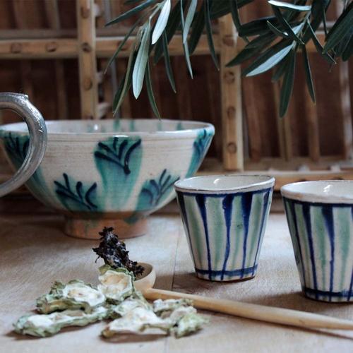 Cette très jolie tasse réalisée et peinte à la main par des