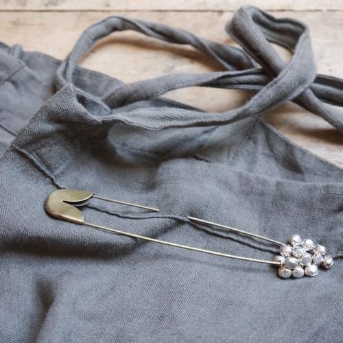 Broche japonaise composée d'une épingle et de clochettes.