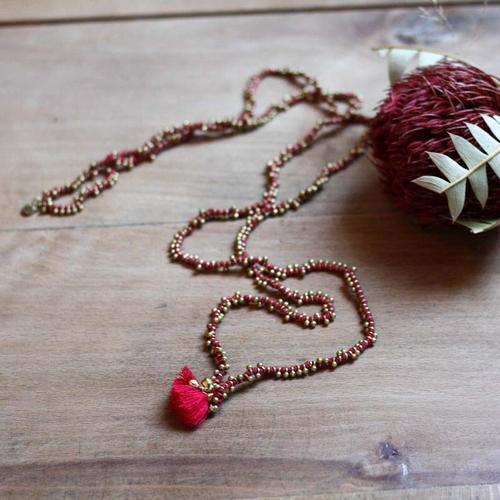 Très beau collier indien de couleur rouge et or. Fil de