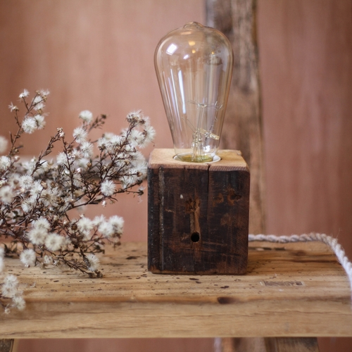 Lampe en bois brut si originale! Une merveille. Chaque pièce