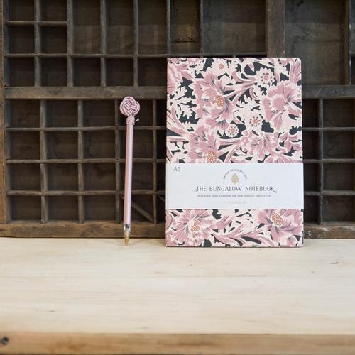 Joli cahier de la marque Bungalow. Motif floral réalisé à la