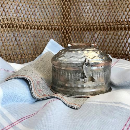 Superbe boîte à savon en cuivre étamé. Dans les temps