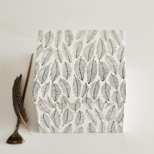 Boîte en papier fabriquée à la main Couleur: noir et blanc