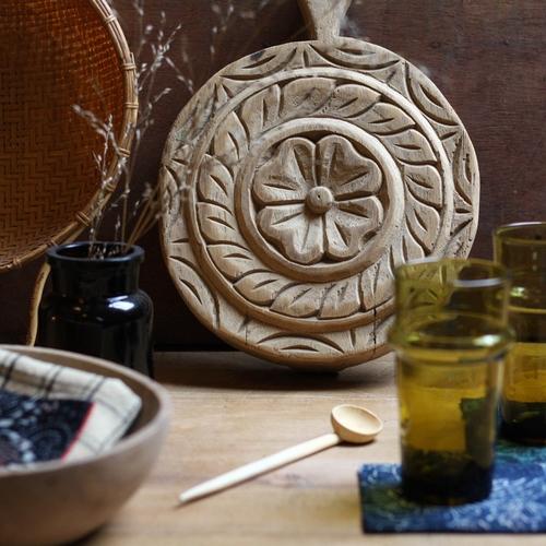Dessous de plat sculpté par des artisans indiens. Chaque