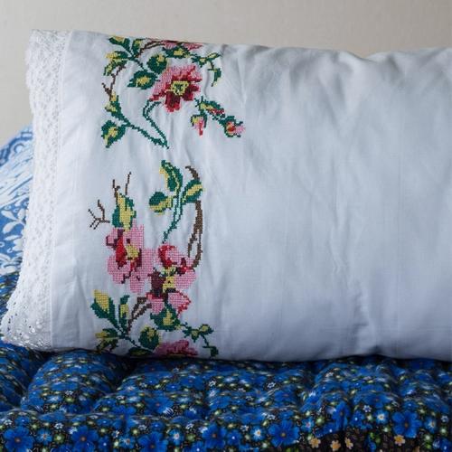 Superbe coussin brodé fleurs On pouvait voir ces oreillers
