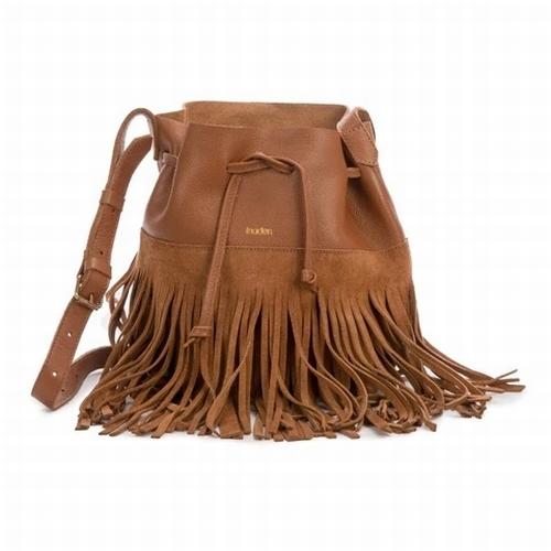 Ce petit sac seau mini woodé au style bohème-chic avec ses