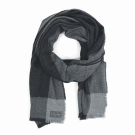 Echarpe oversize. Etiquette tissée en bas de l'écharpe.