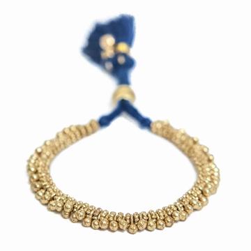 Bracelet ethnique et chic mêlant textile et métal. Existe en