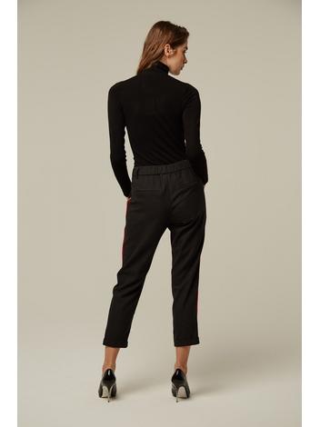 - Pantalon à pinces noir avec bandes latérales rouges -