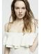 - robe courte en maille nervurée et perforée - épaules