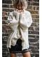 Mini jupe en simili cuir. Œillets en métal dans le bas.