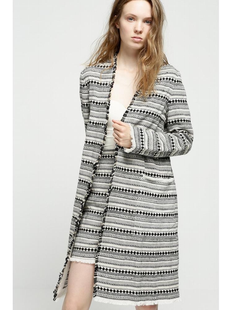 - manteau leger en jacquard écru à motifs noir et gris -