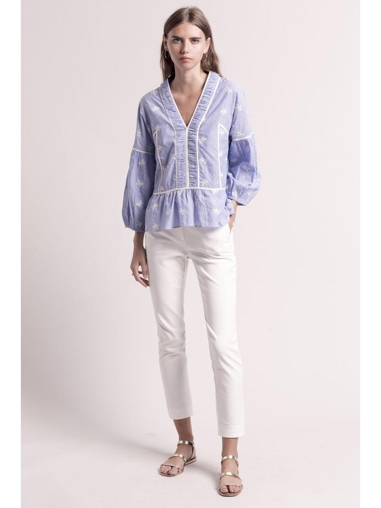 - Top col V. en coton bleu à broderie floral écru - Encolure