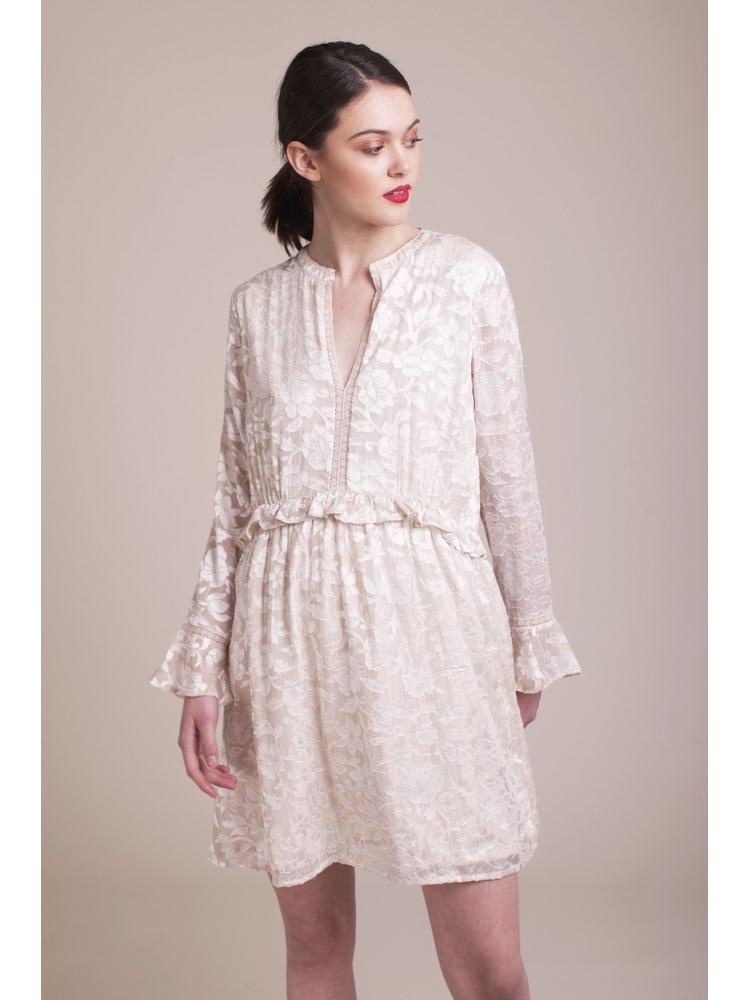 - Robe à volants dévorée à motif floral avec une touche de