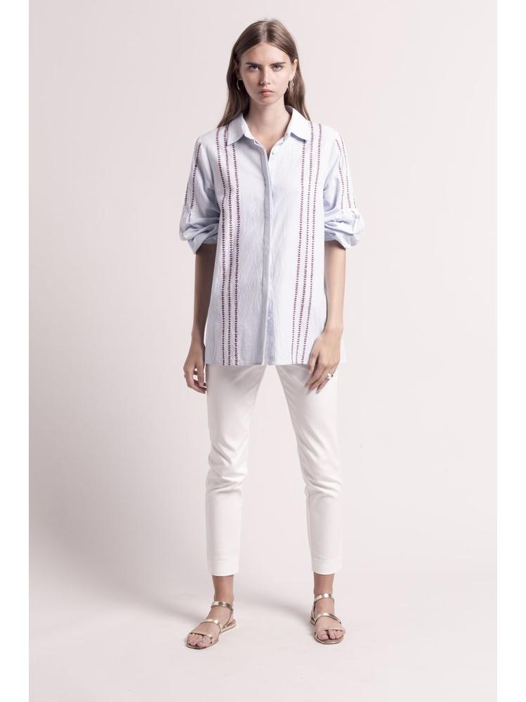 - Chemise blanche à rayures bleu ciel et à motifs brodés