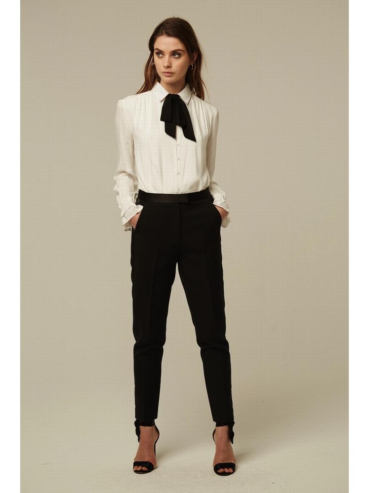 - Pantalon à pinces noir avec details en satin - Coupe
