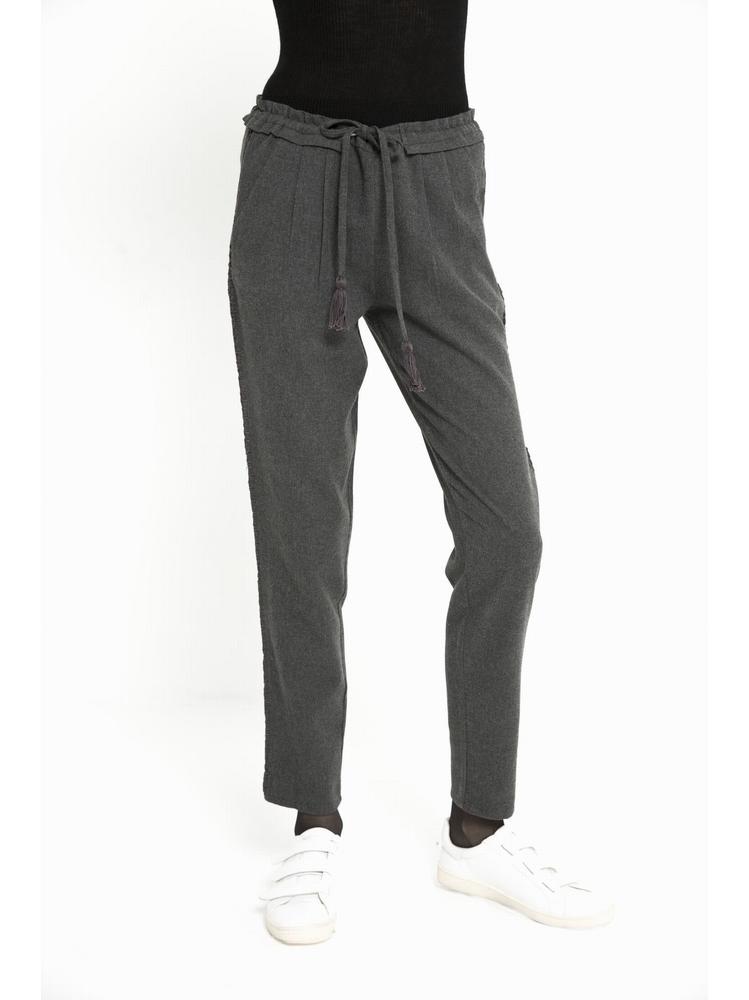 - Pantalon coupe carotte - ceinturé à la taille - 2 poches à