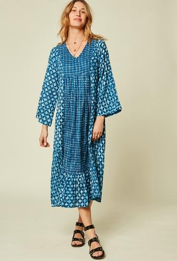 Une robe longue colorée et légèrement incrustée de fil