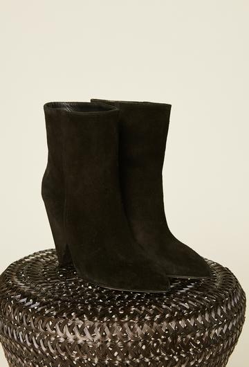 Boots noires à bout pointu en velours de vache. Talon en