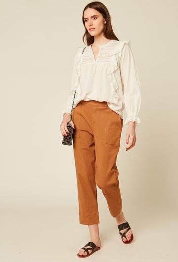 Pantalon droit coupe 3/4 resserré à la taille. Deux poches.