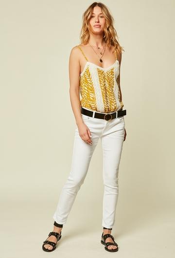 Ce jean coupe girlfriend blanc est idéal pour donner du