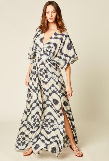 Robe longue imprimée. Resserrée à la taille et loose pour la