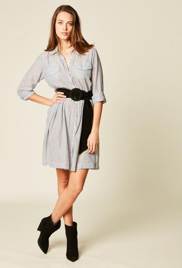 Robe chemise courte imprimée en voile de coton. Deux poches.