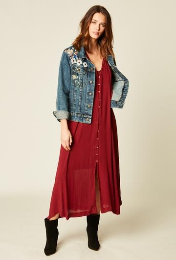 Veste en jean brodée avec des perles et du fil. Coupe