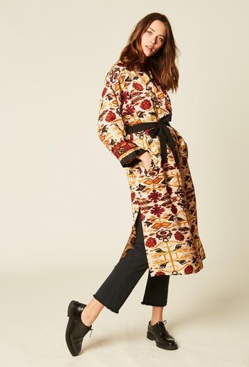 Longue veste-robe imprimée en viscose. Ceinture intégrer à