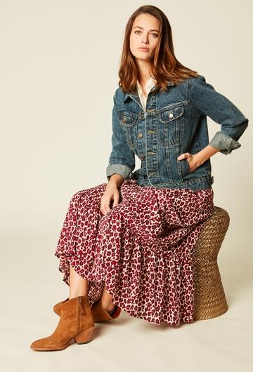 Veste en jean avec deux poches. Coupe ajustée, prendre sa