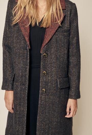 Manteau long en laine. Fermeture boutons et boutons au