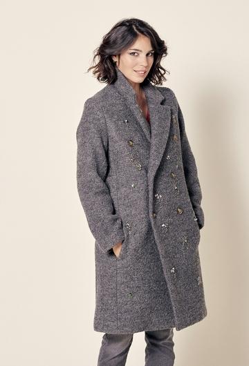 Manteau en laine avec broderie placée et réalisée à la main.