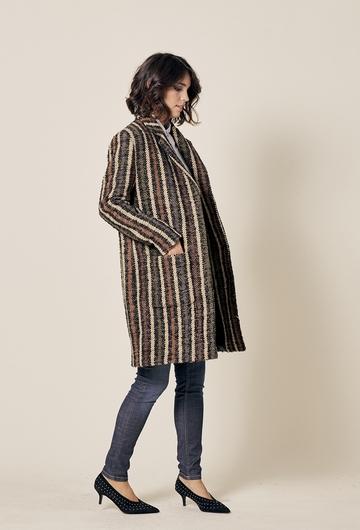Manteau droit boutonné en laine. Deux poches. 45% acrylique